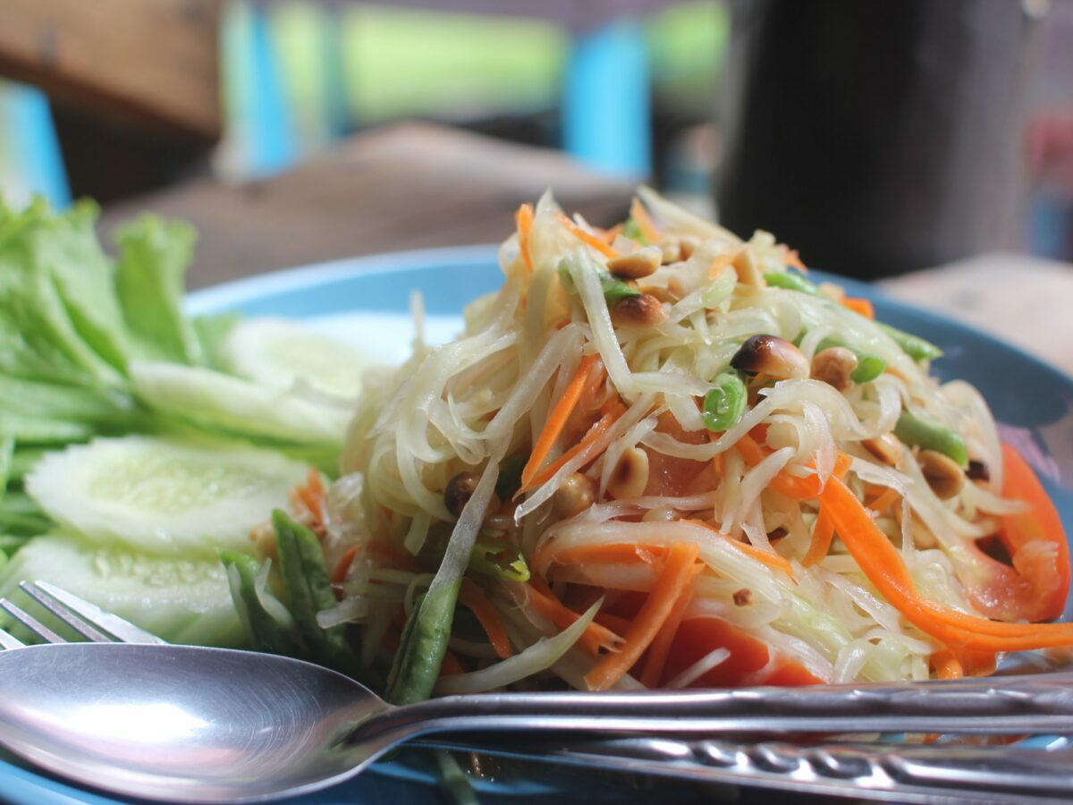 Rezept für Som Tam Papaya Salat vegan von Rohtopia
